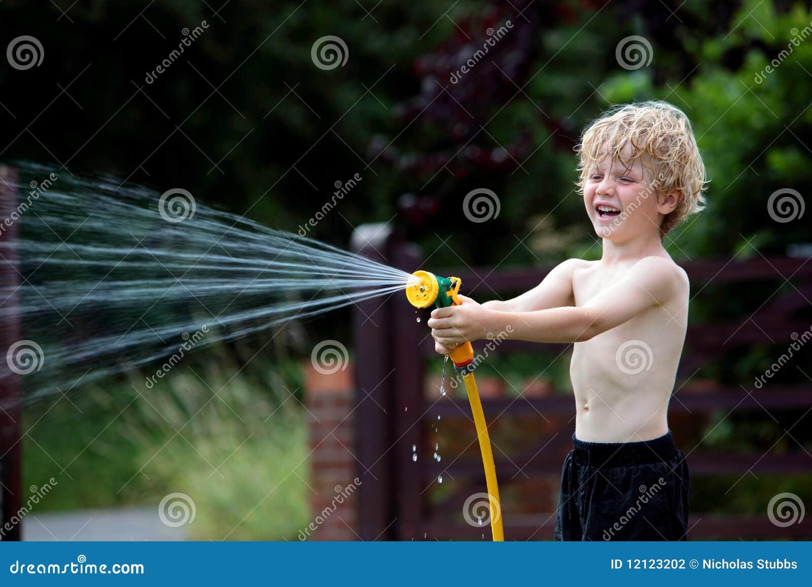 Barn för trädgårds- hosepipe för pojke leka
