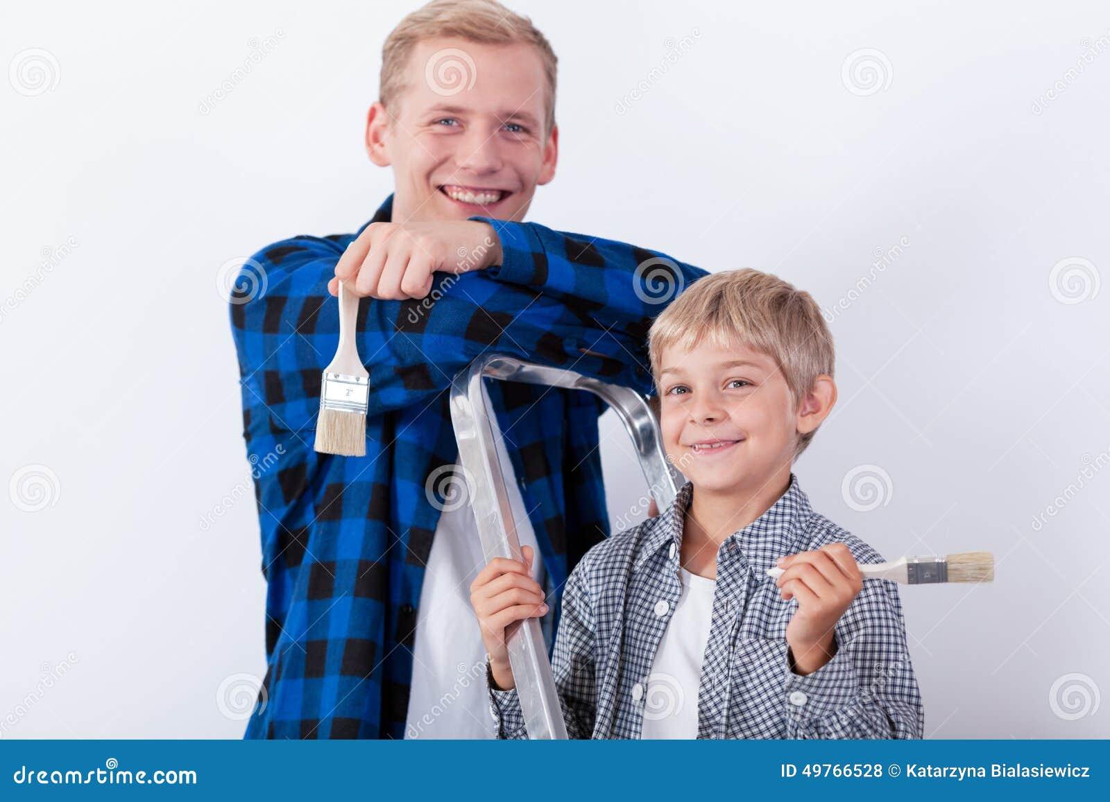 Barn fader och son under renovering