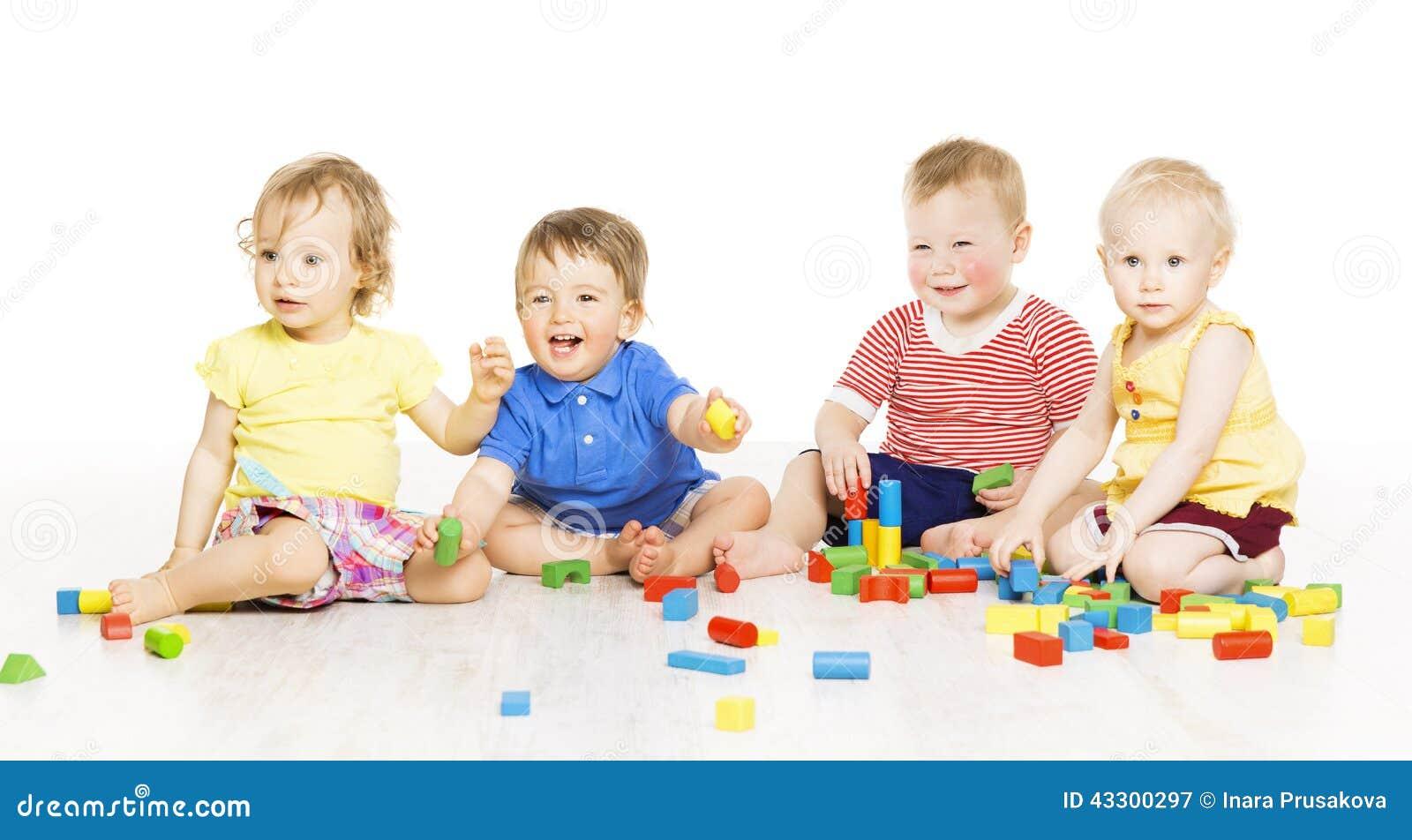 Barn grupperar att spela leksakkvarter Små ungar på w