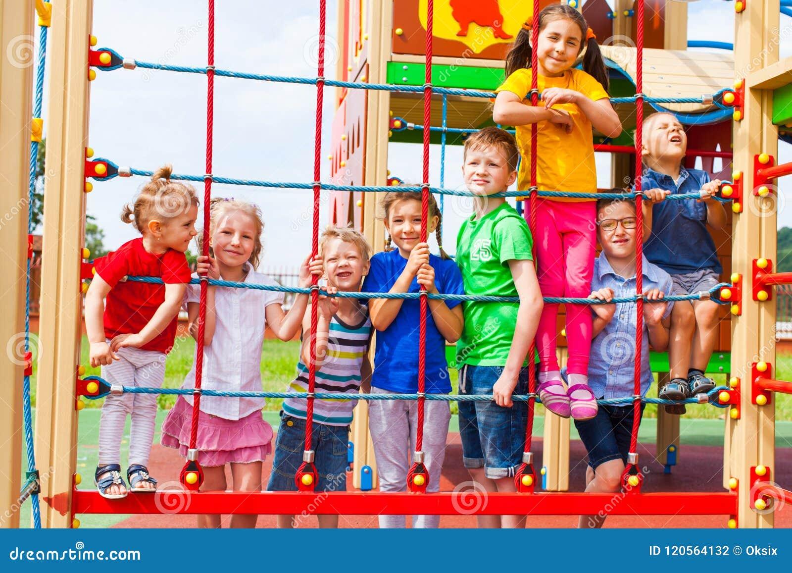 Barn grupperar lyckligt