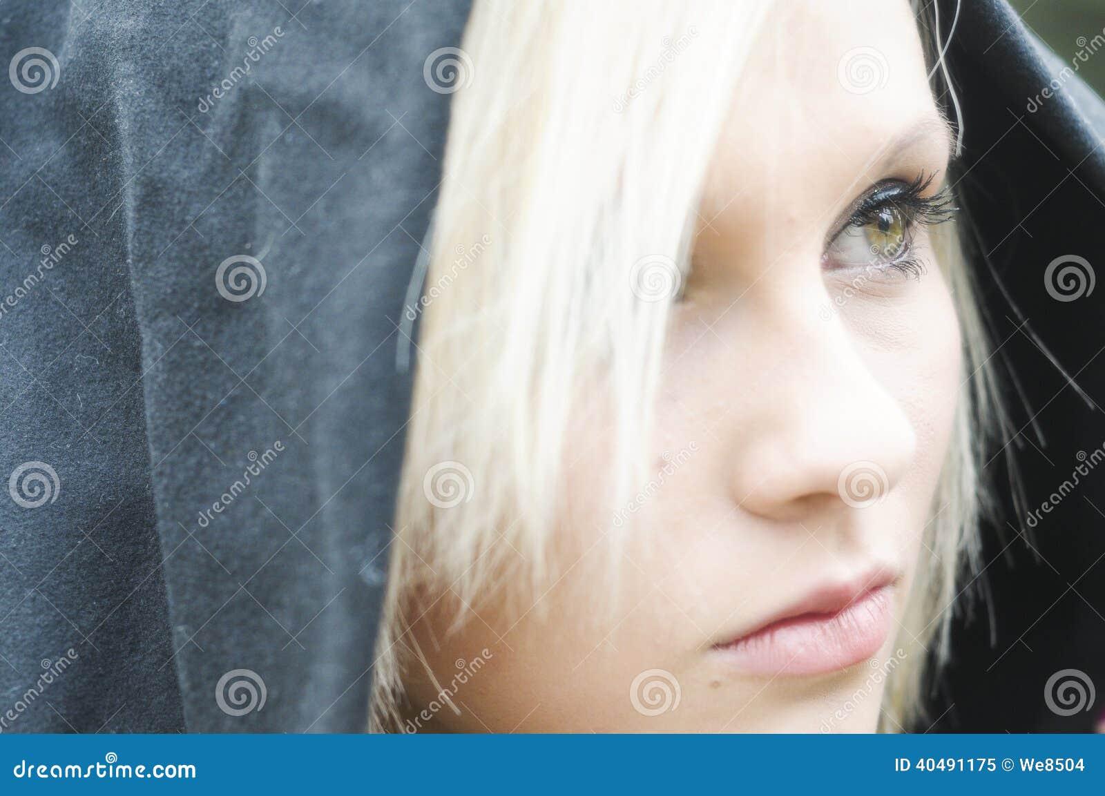 Barn härlig kvinna som blåser snow in mot kamera på vinterbakgrund