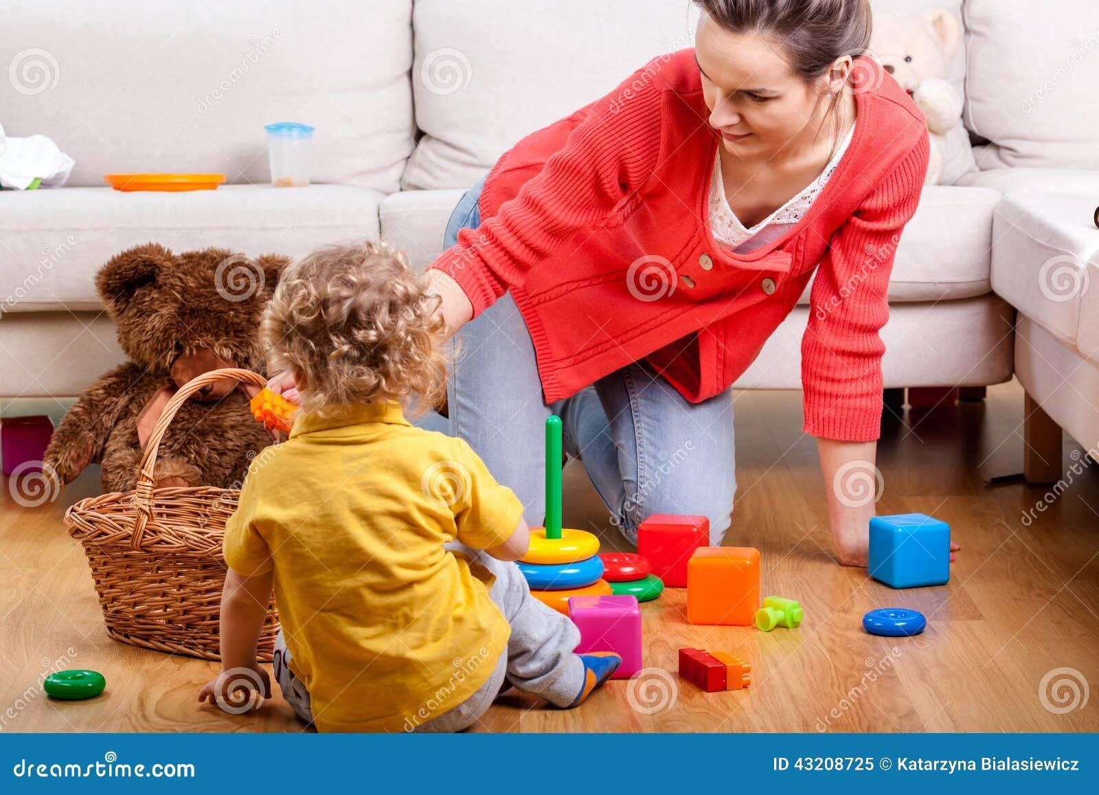 Download Barn henne leka för moder fotografering för bildbyråer. Bild av omsorg - 43208725