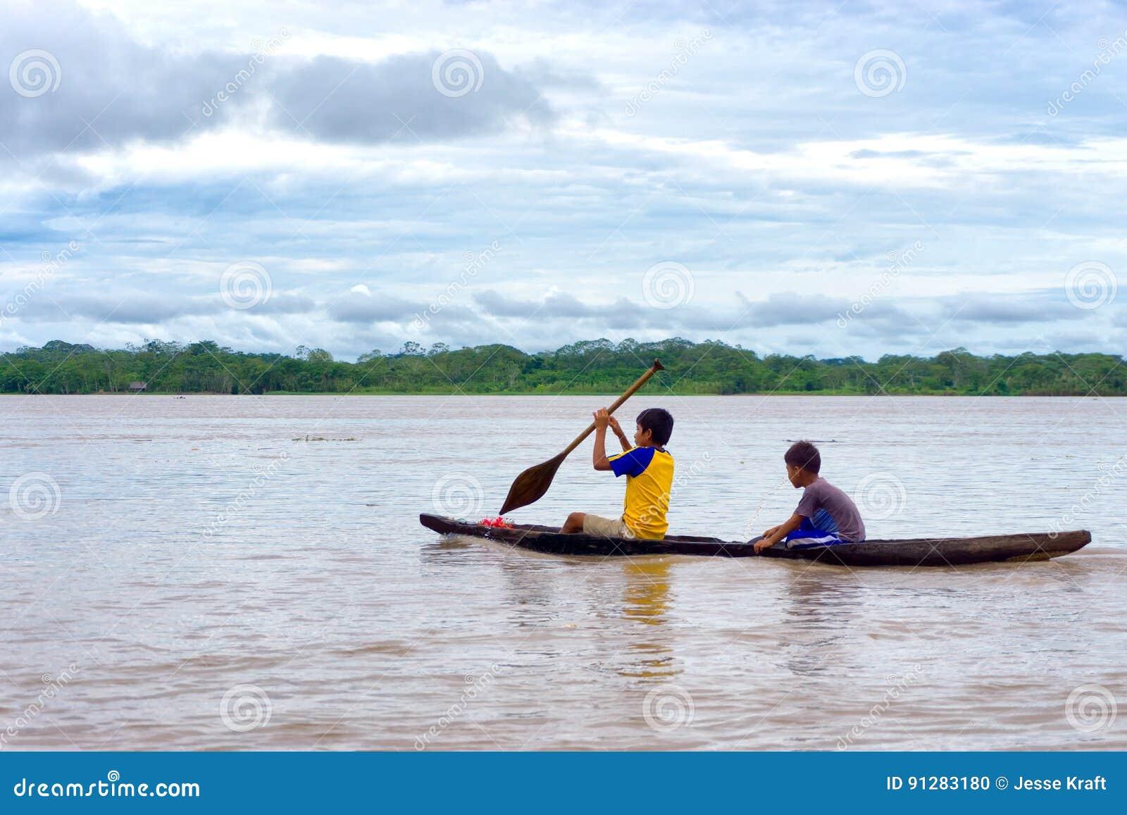 Barn i en Dugoutkanot
