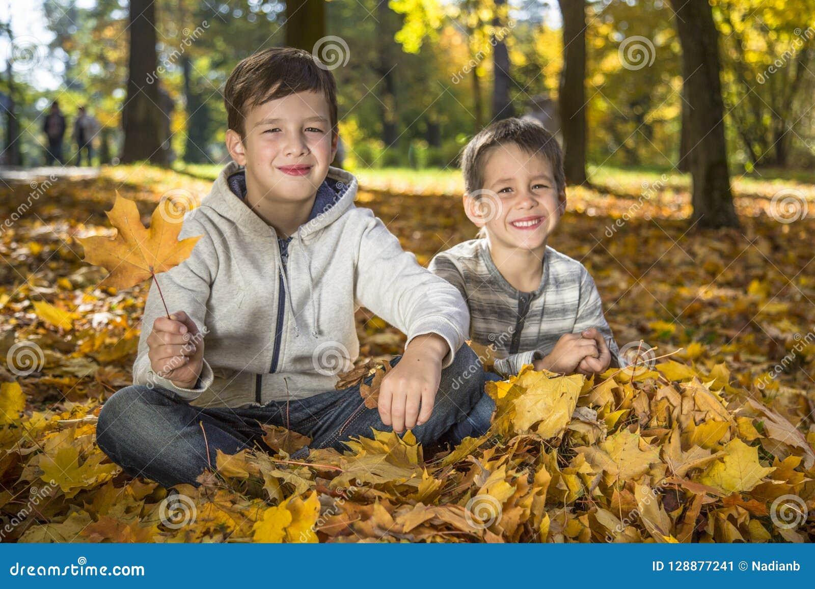 Barn i hösten parkerar