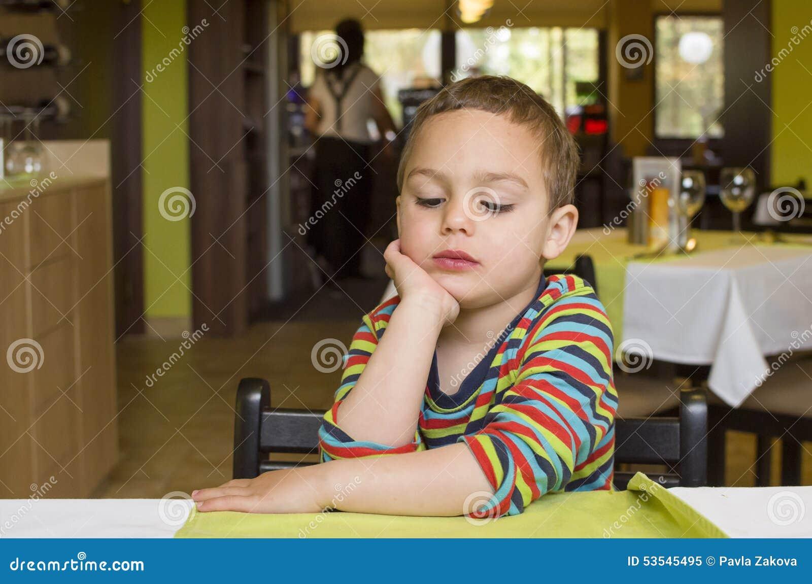 Barn i restaurang