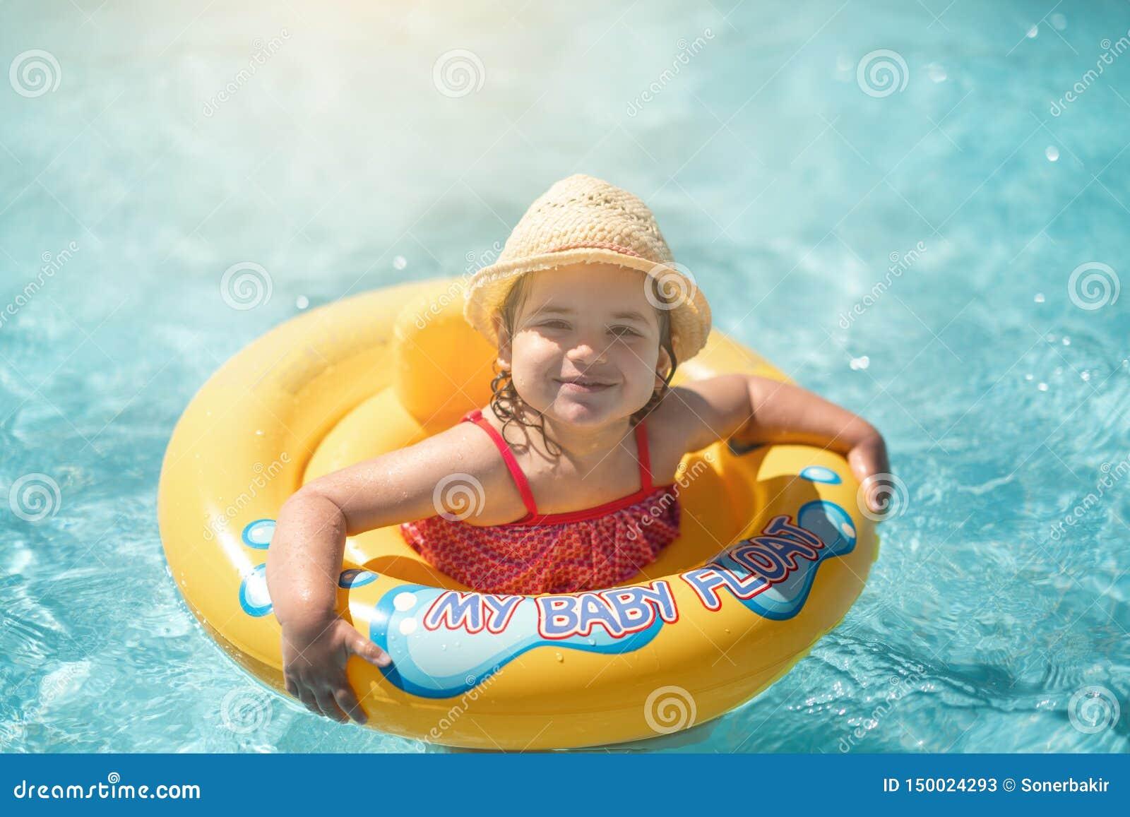 Barn i simbassäng med cirkeln Sommarsemester med ungar