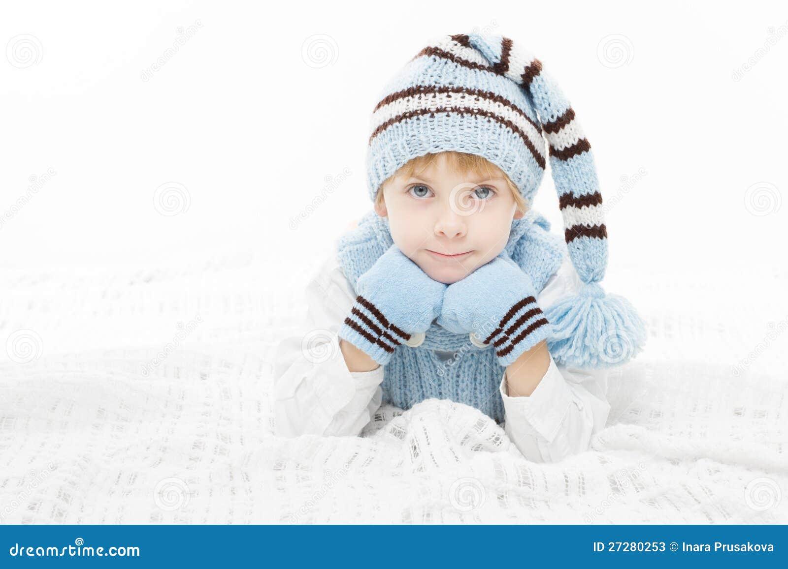 Barn i varma vinterhatt och mittens