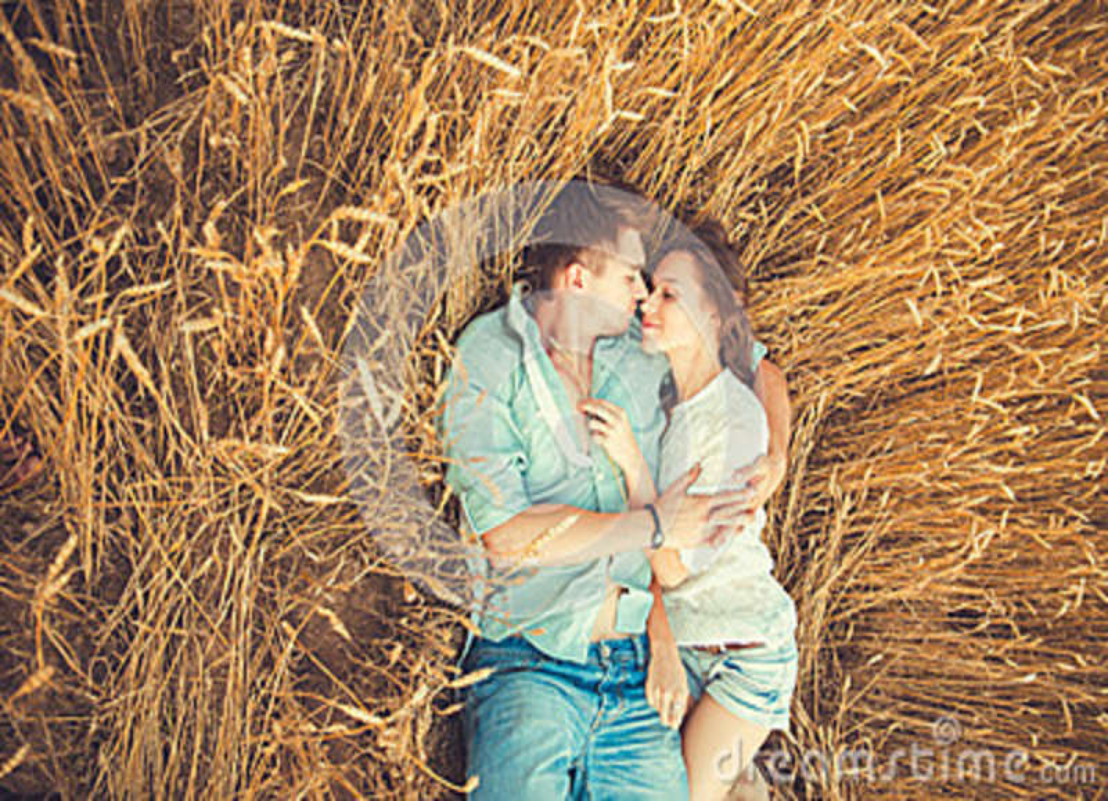 Barn kopplar ihop förälskat utomhus- krama för par Förälskat bli för unga härliga par och kyssa på fältet på solnedgång