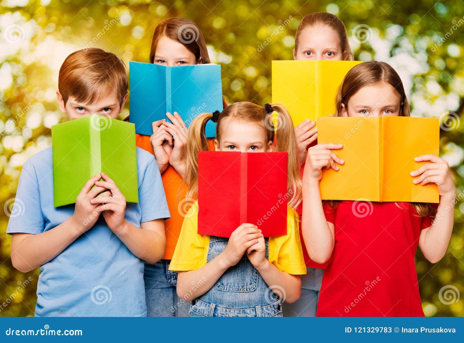 Barn läste böcker, grupp av ungeögon bak öppen tom bok C