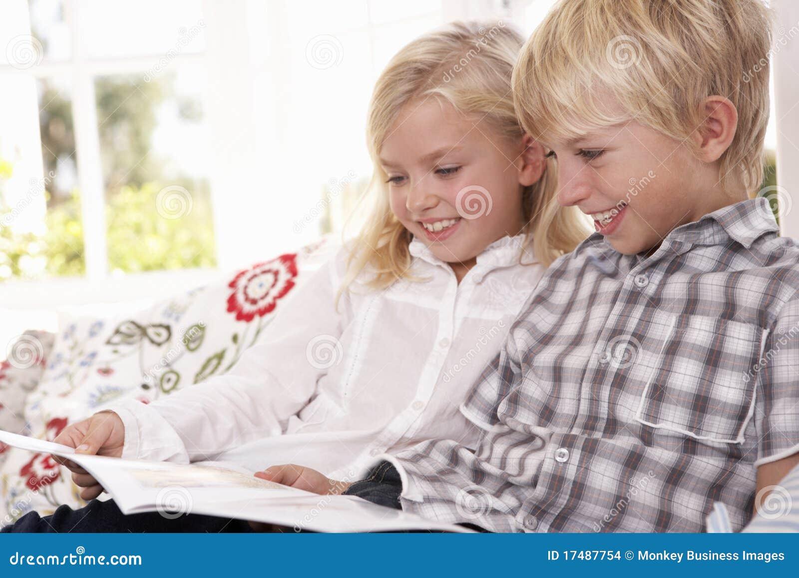 Barn läste tillsammans två barn