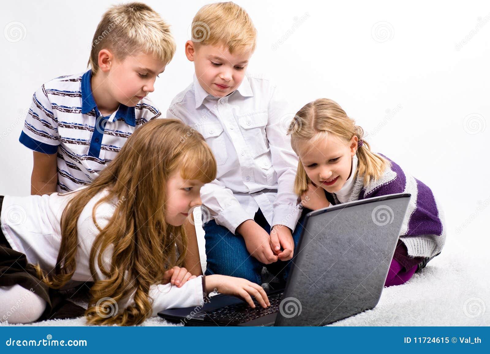 Barn med bärbar dator
