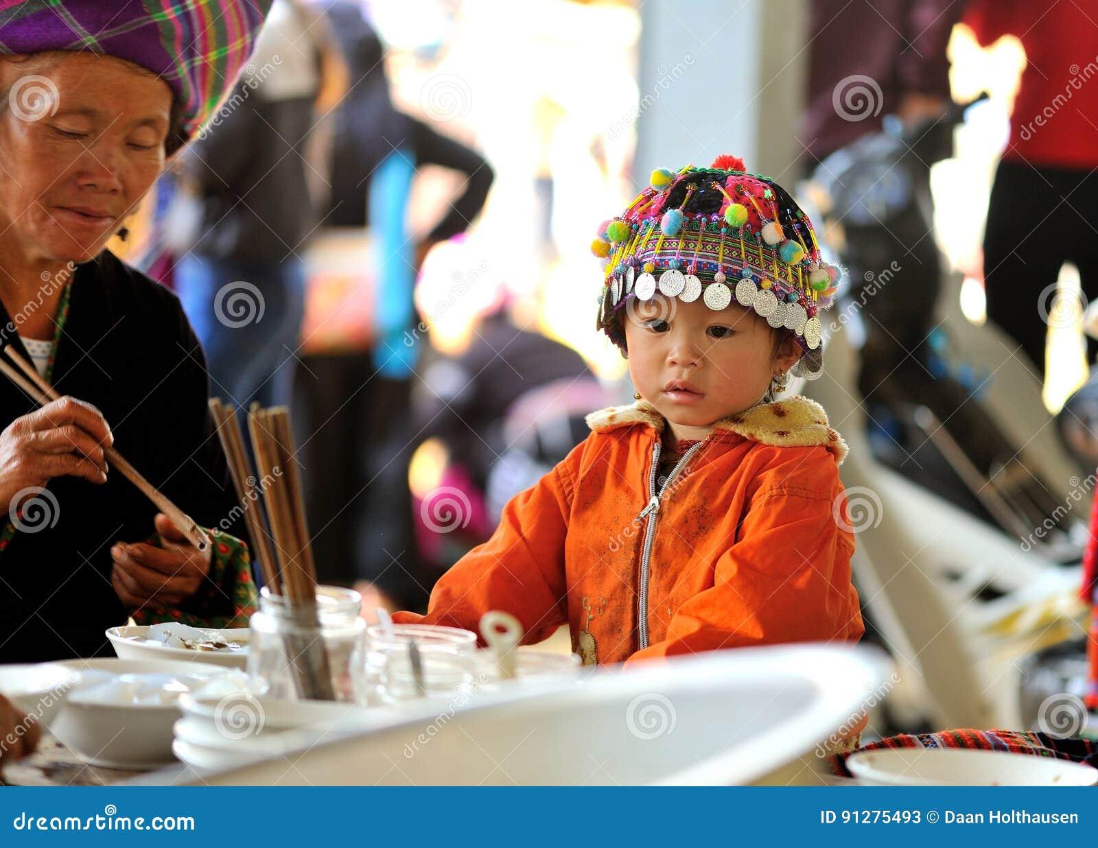 Barn med det traditionella locket