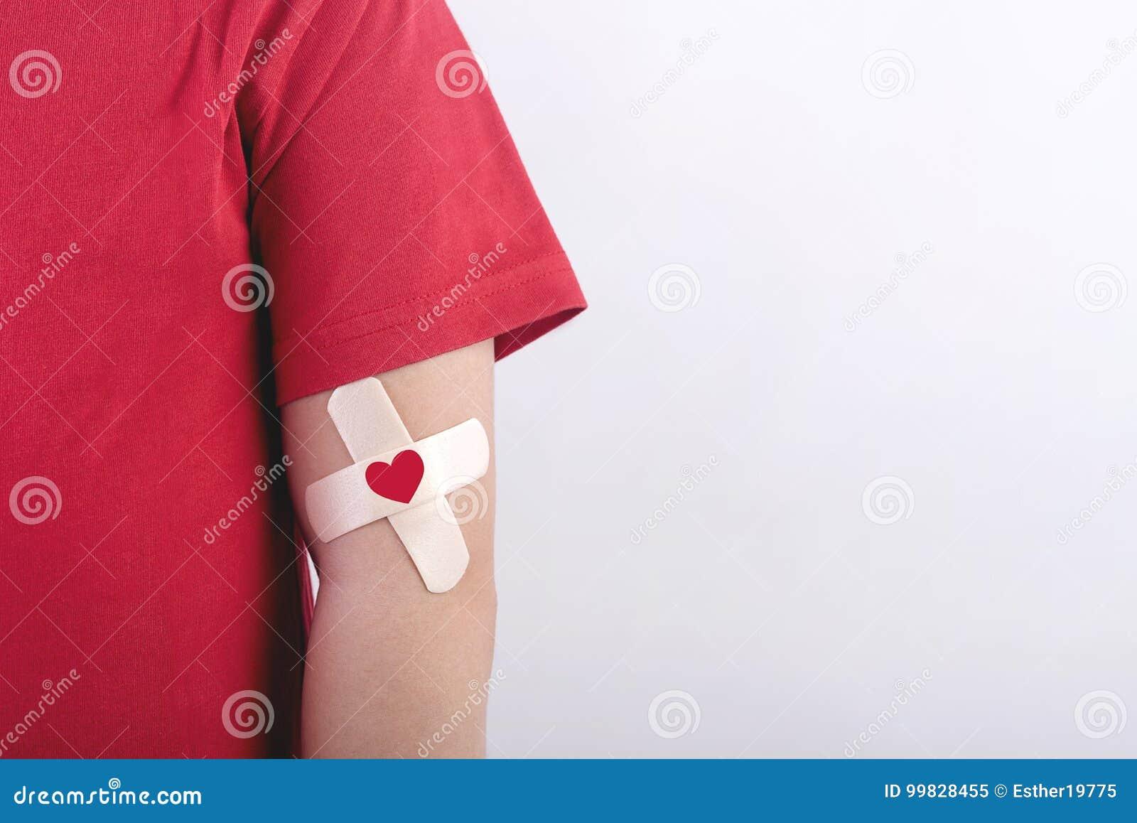 Barn med en hjärta som dras på hans arm Begrepp för bloddonation