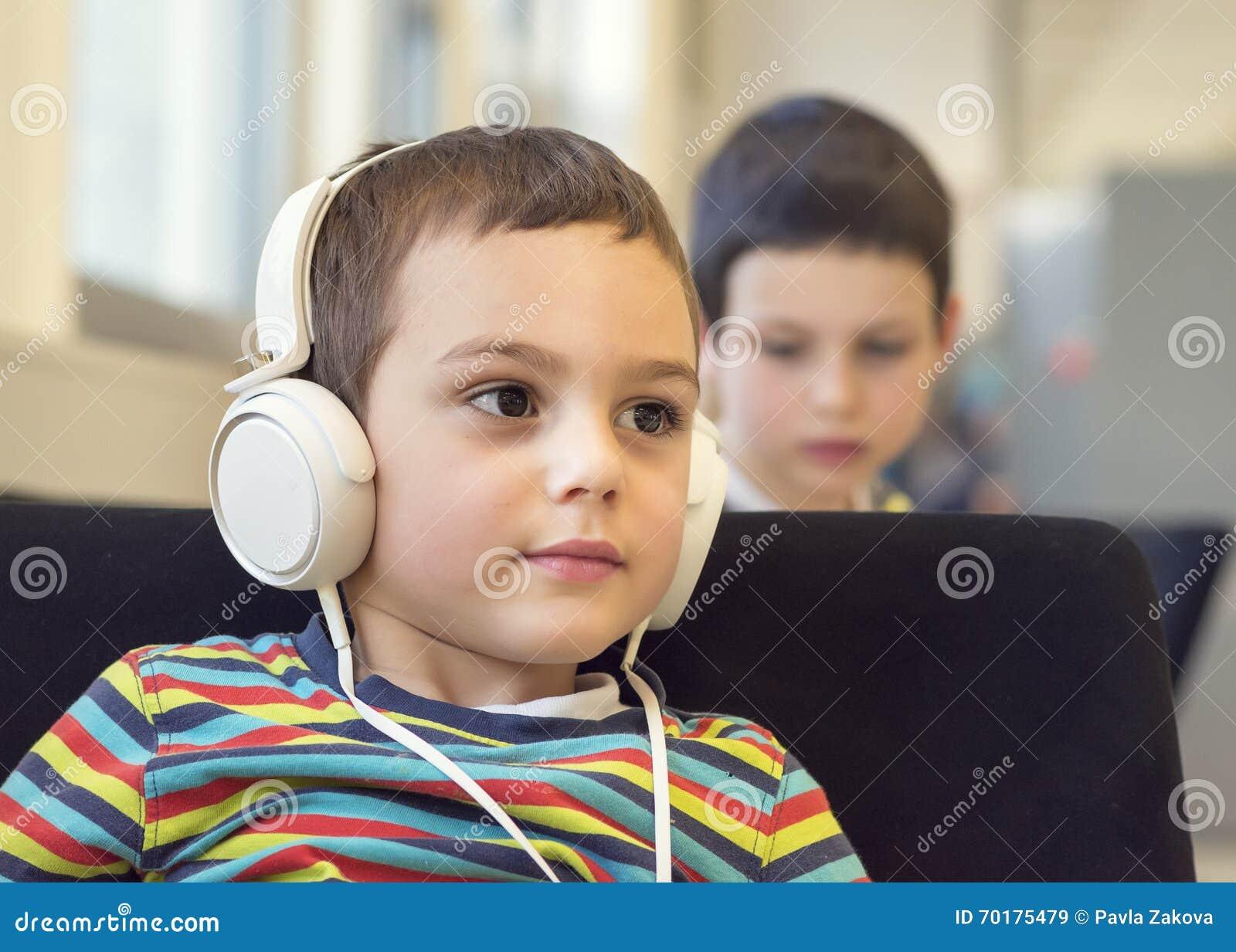 Barn med hörlurar i skola eller arkiv