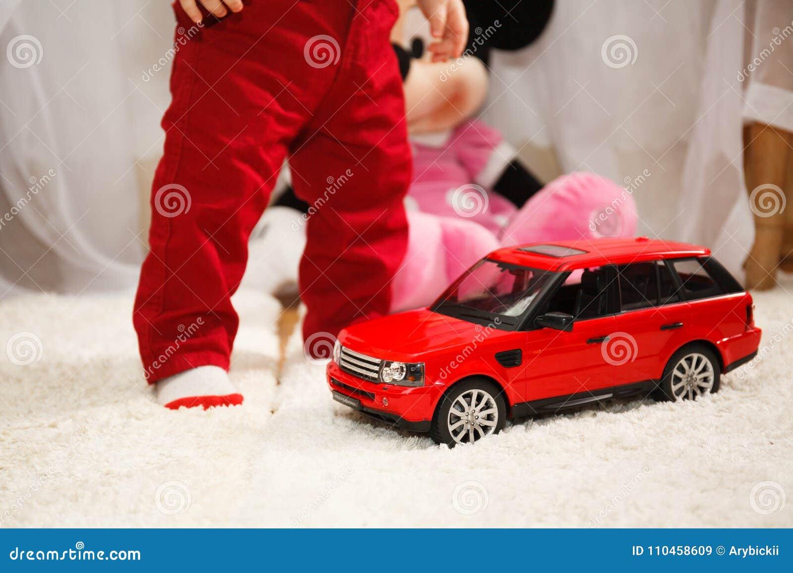 Barn med leksakbilen