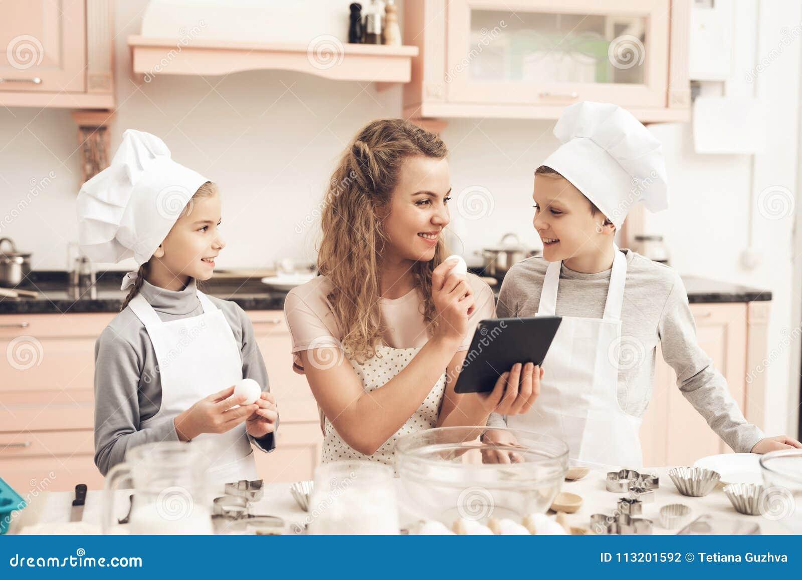 Barn med modern i kök Familjen är det läs- receptet på minnestavlan