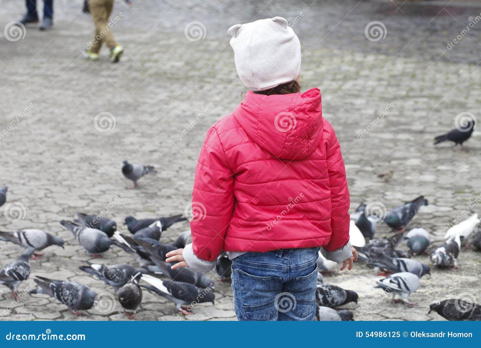 Barn och många duvor