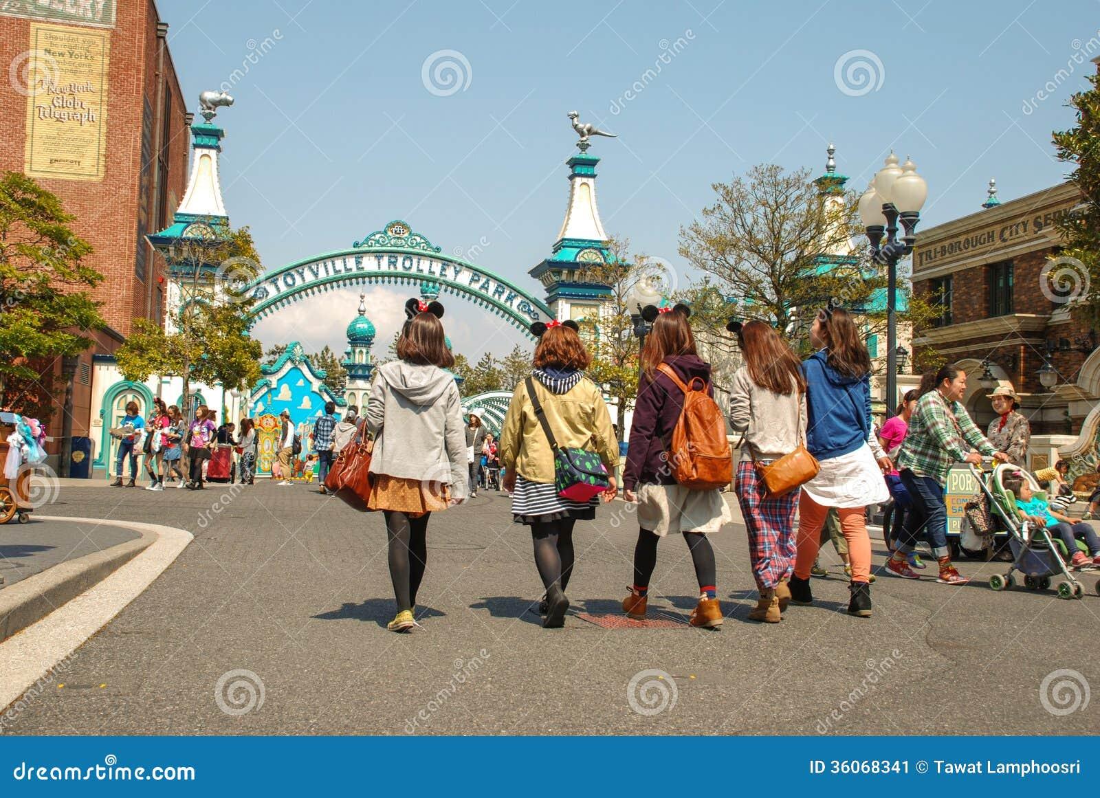 Barn på gå i det Tokyo Disney havet.