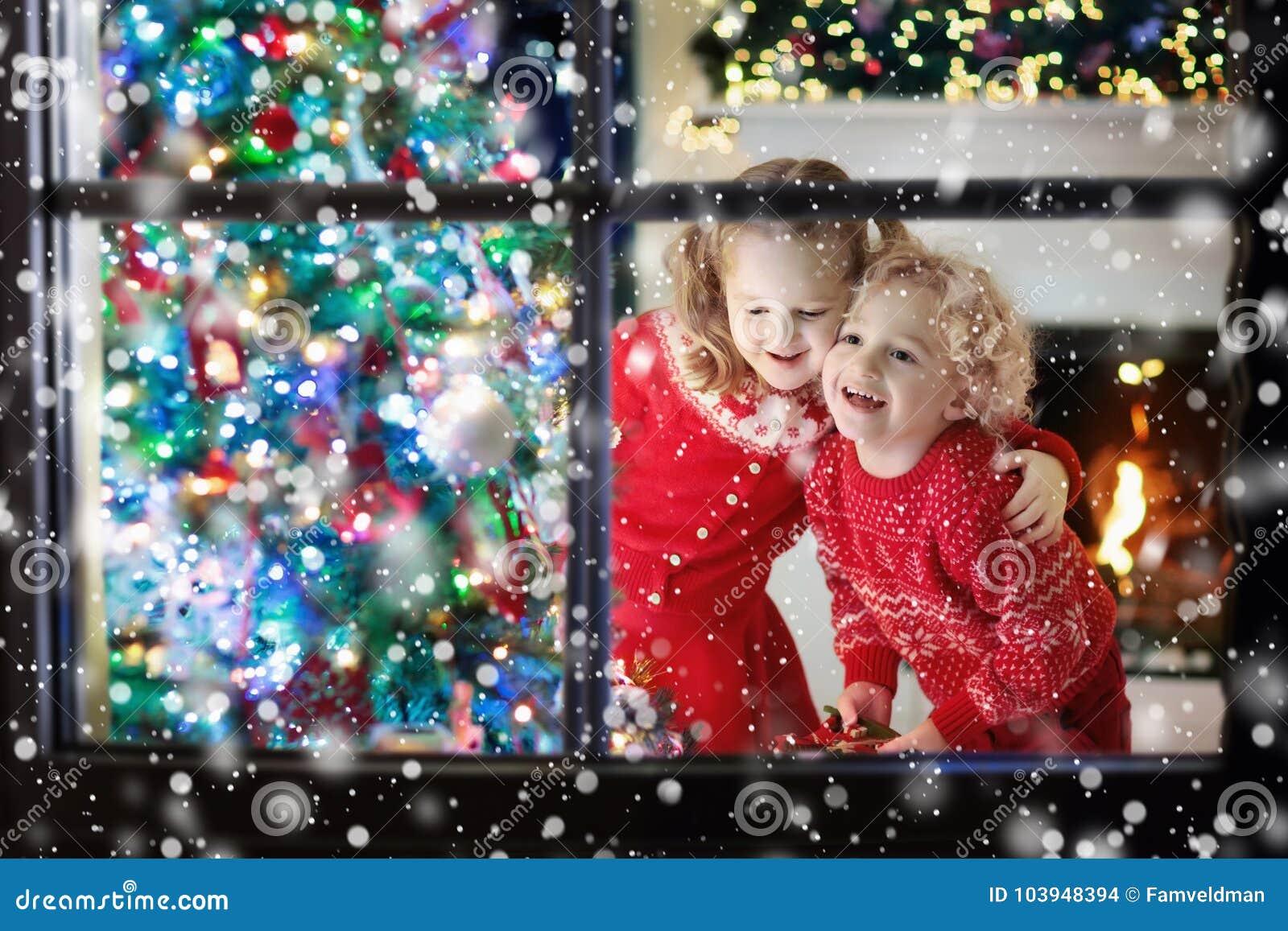 Barn på julgranen Ungar på spisen på Xmas-helgdagsafton