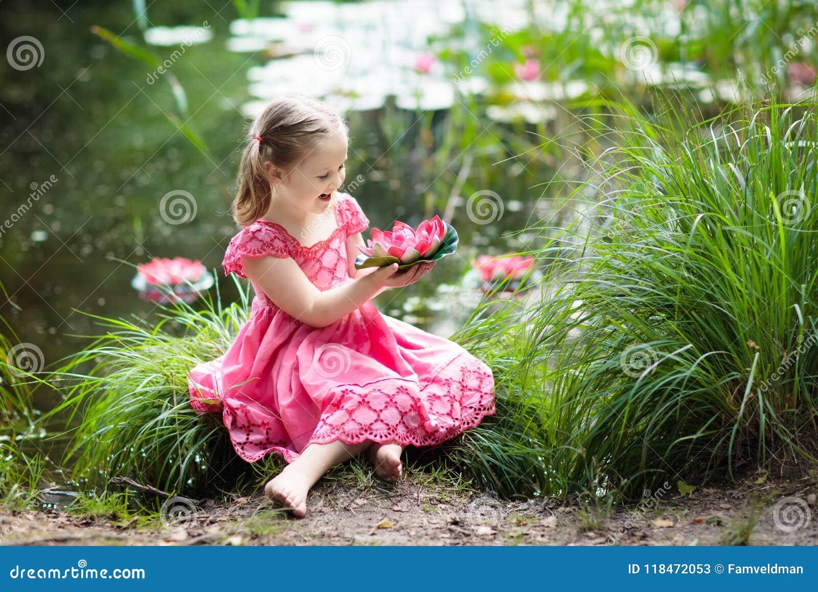 Barn på sjön med näckrosblommor