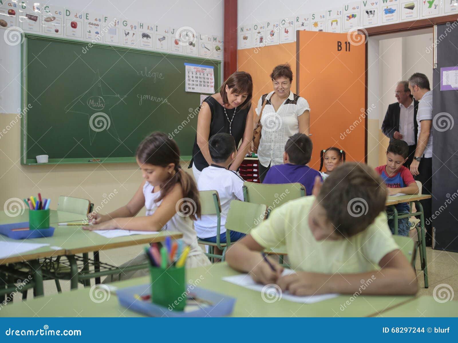 Barn på skolar med lärare