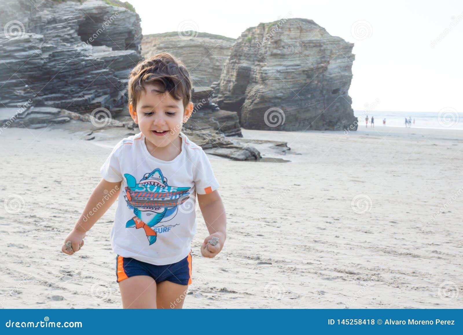 Barn p? stranden
