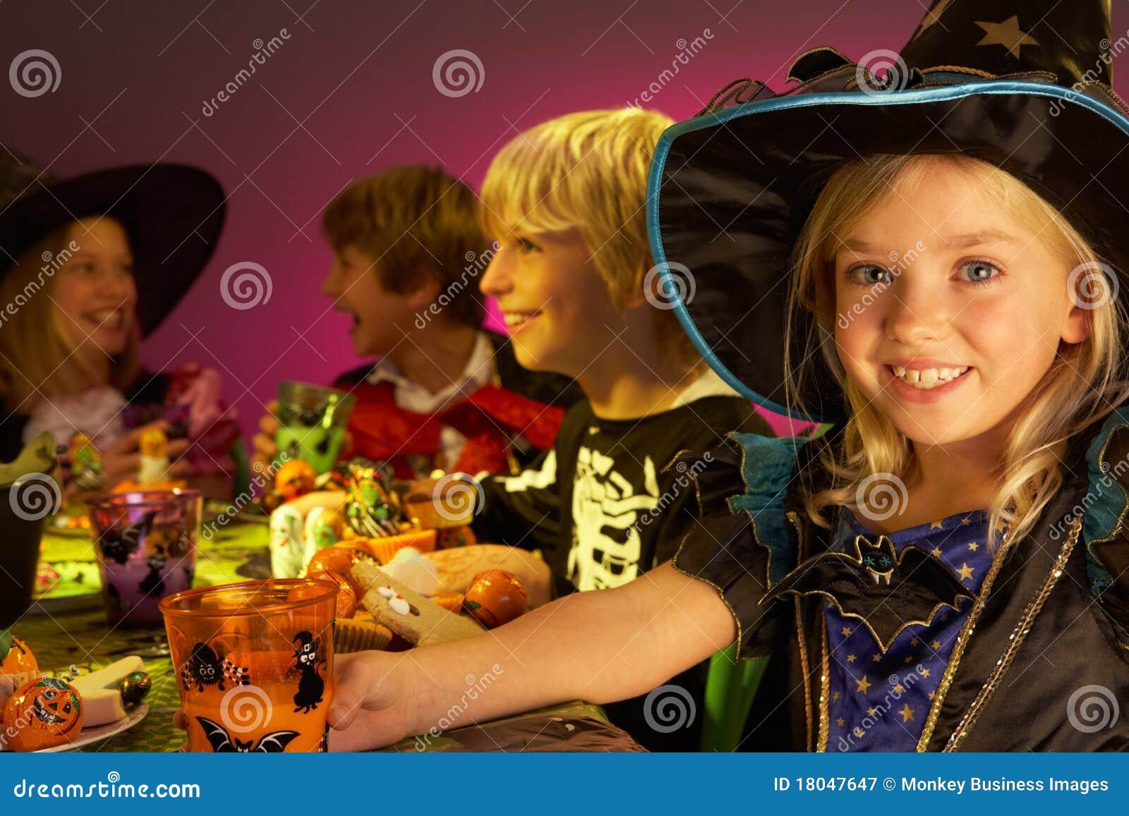 Barn roliga halloween som har deltagaren