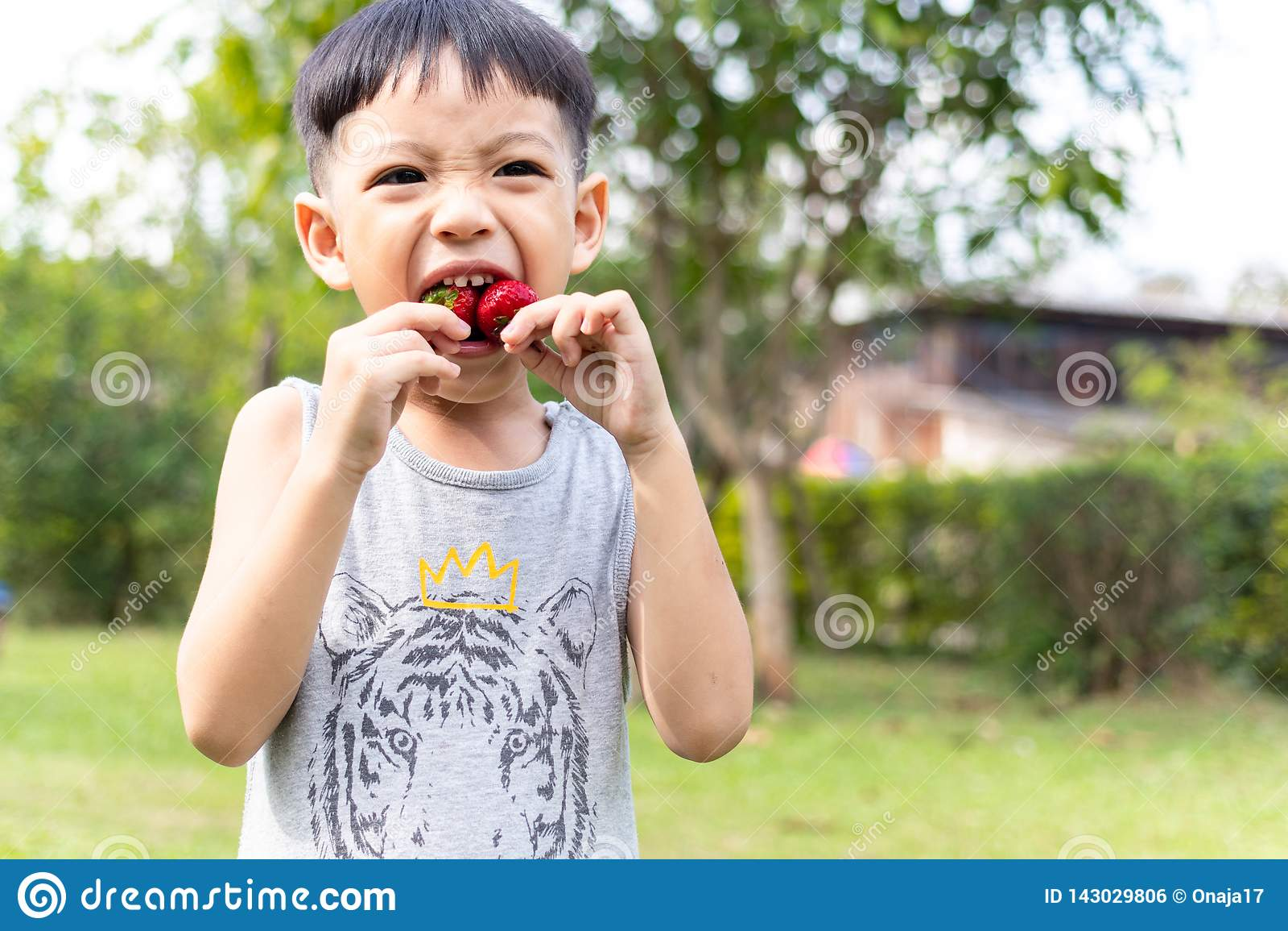 Barn som äter jordgubbar