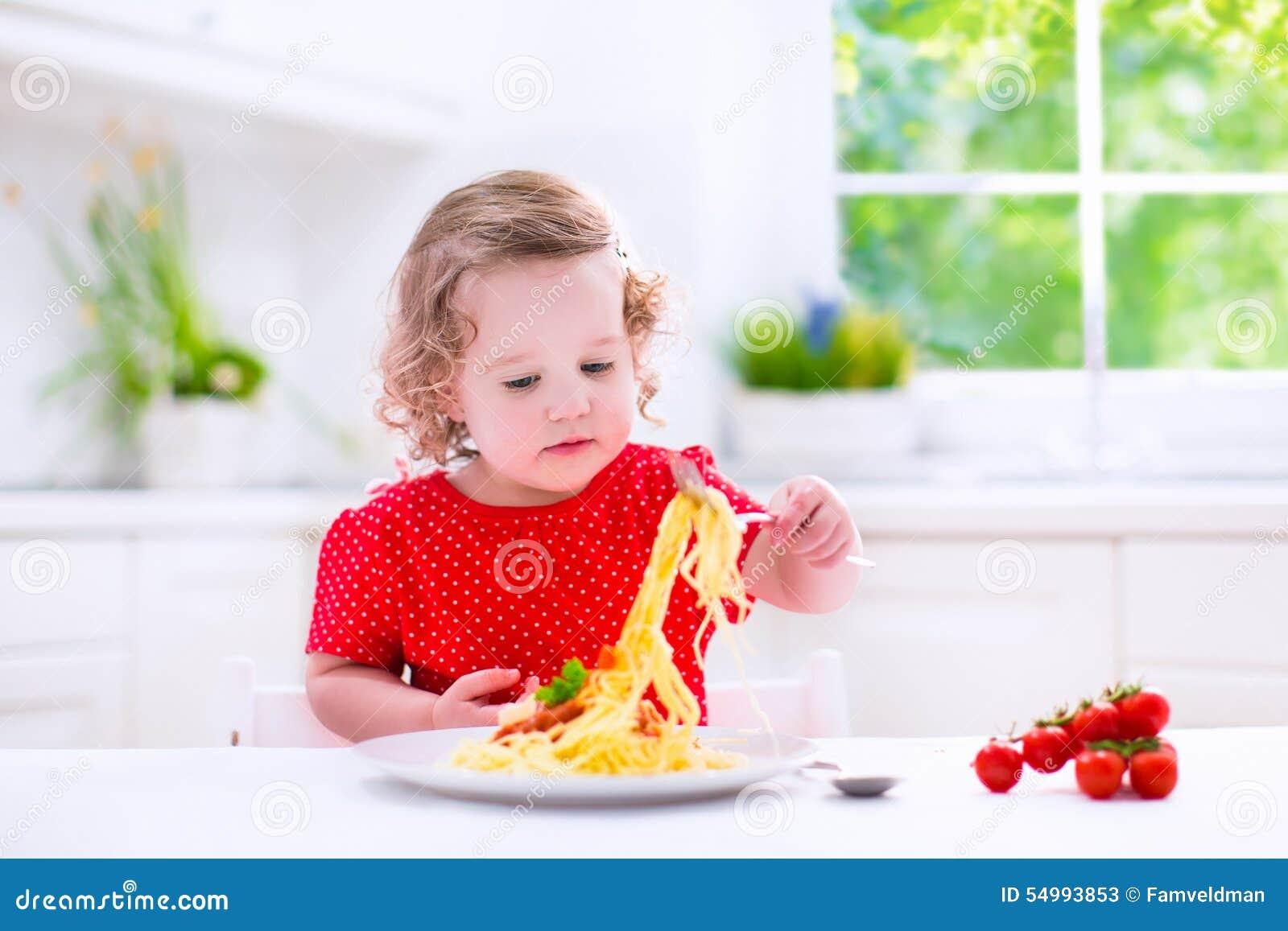 Barn som äter pasta