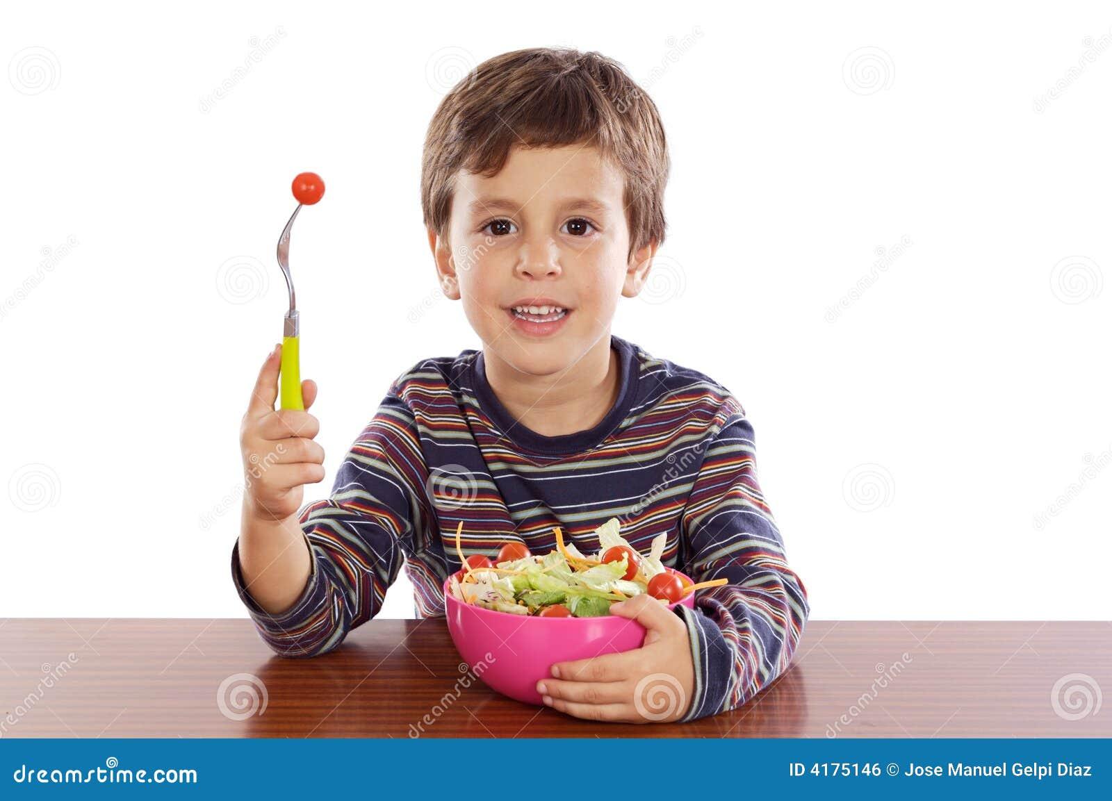 Barn som äter sallad