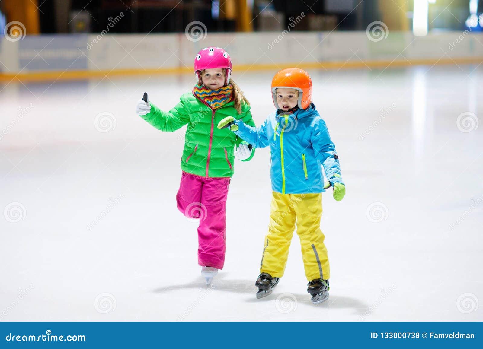Barn som åker skridskor på inomhus isisbana Ungeskridsko