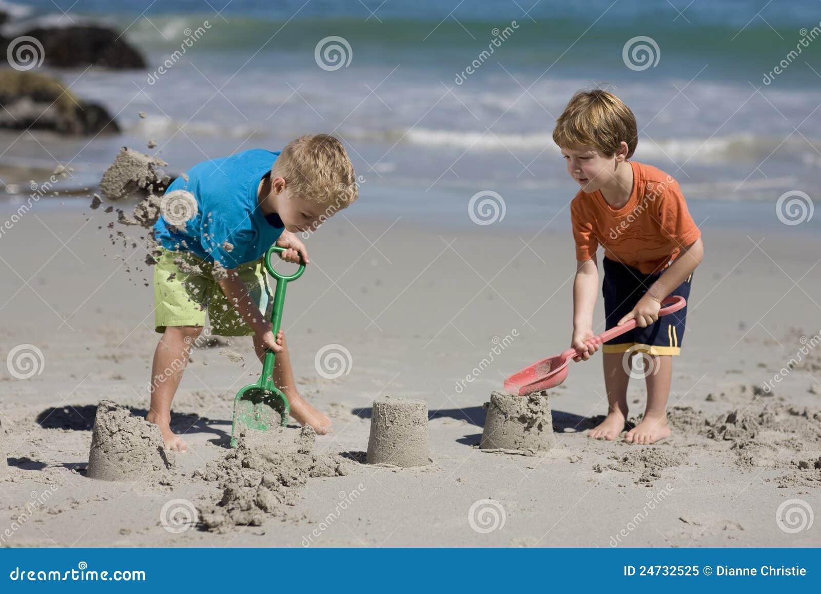 Barn som gör sandslott