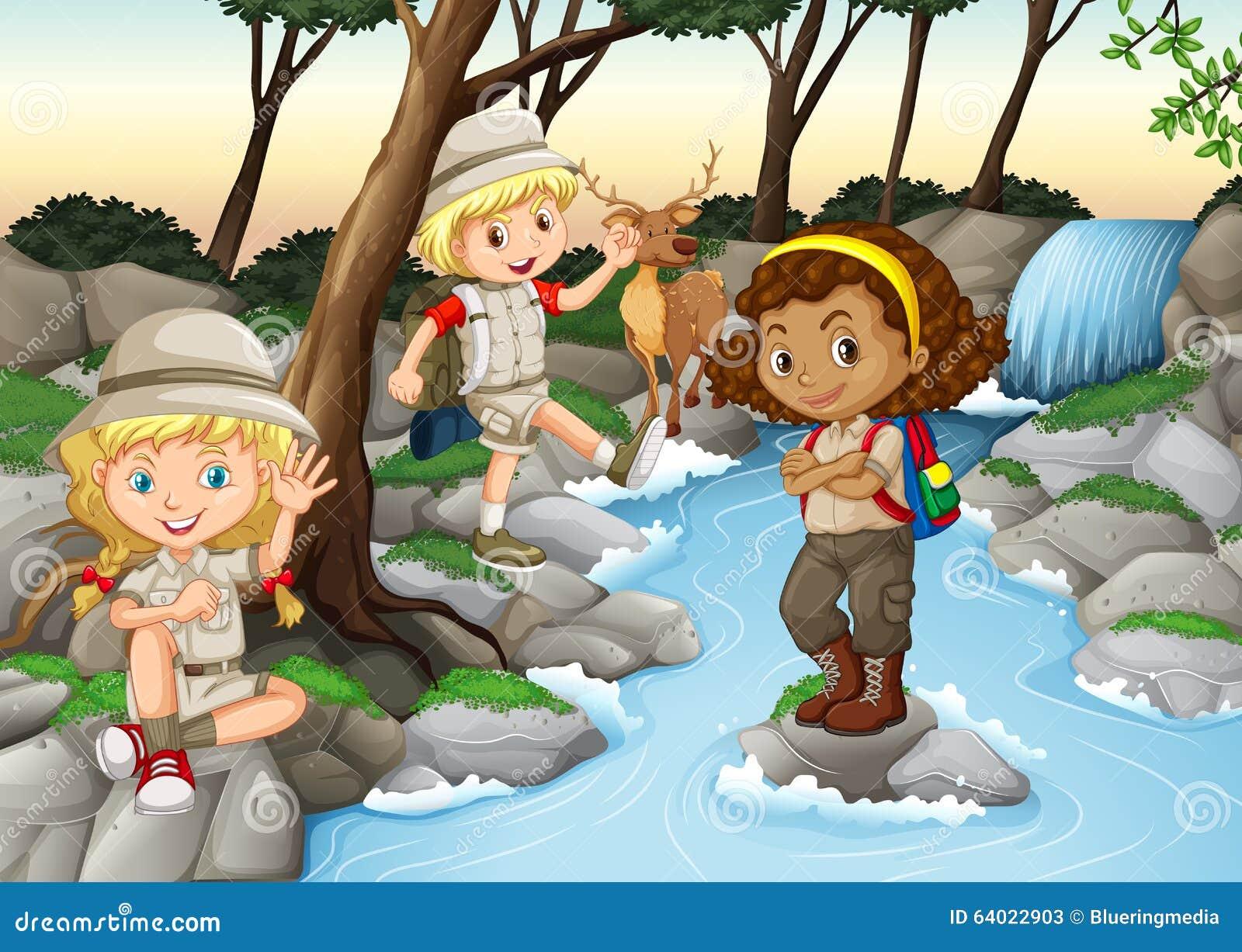 Barn som har gyckel på vattenfallet