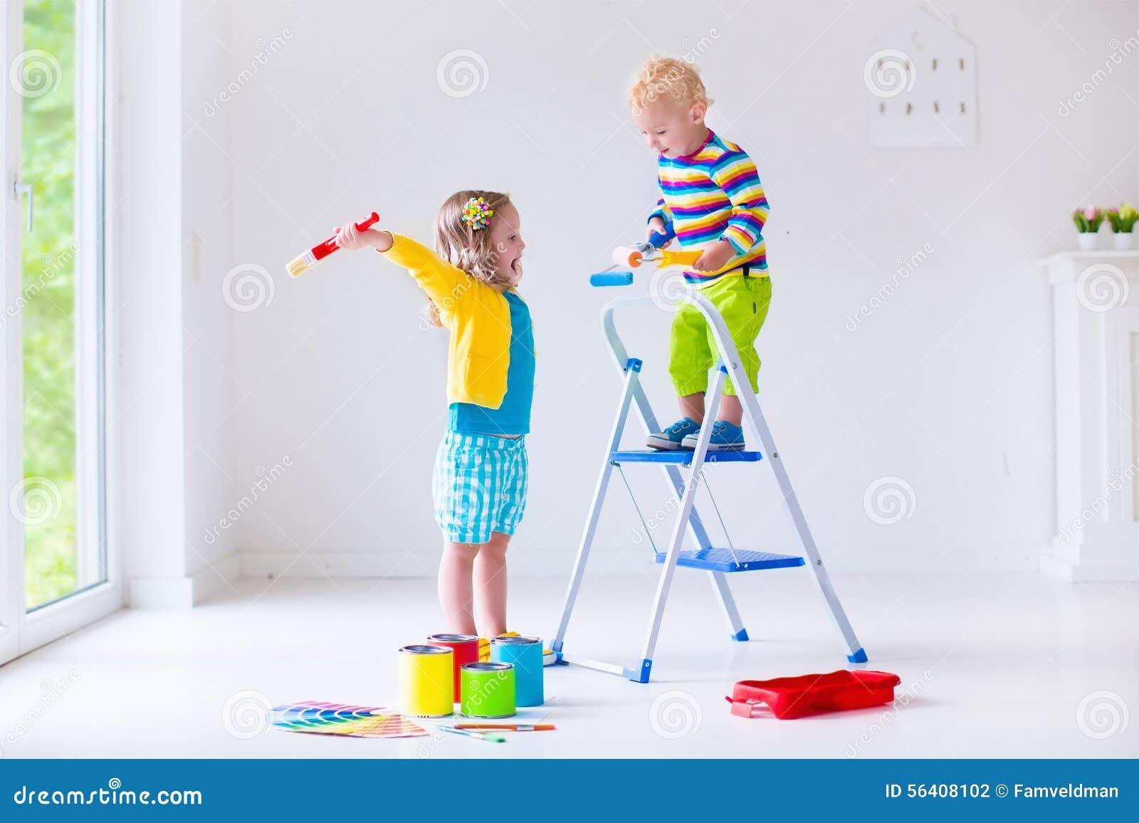 Barn som hemma målar väggar