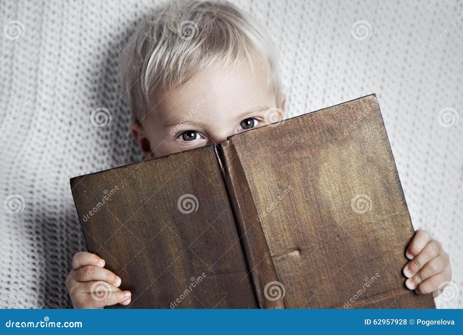 Barn som läser den gamla boken