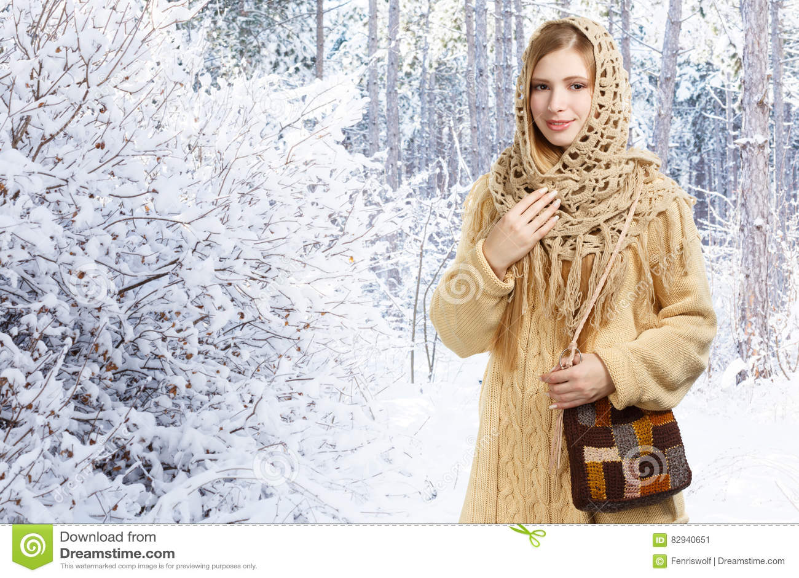 Barn som ler den stilfulla kvinnan i openwork sjal och lång beige swe