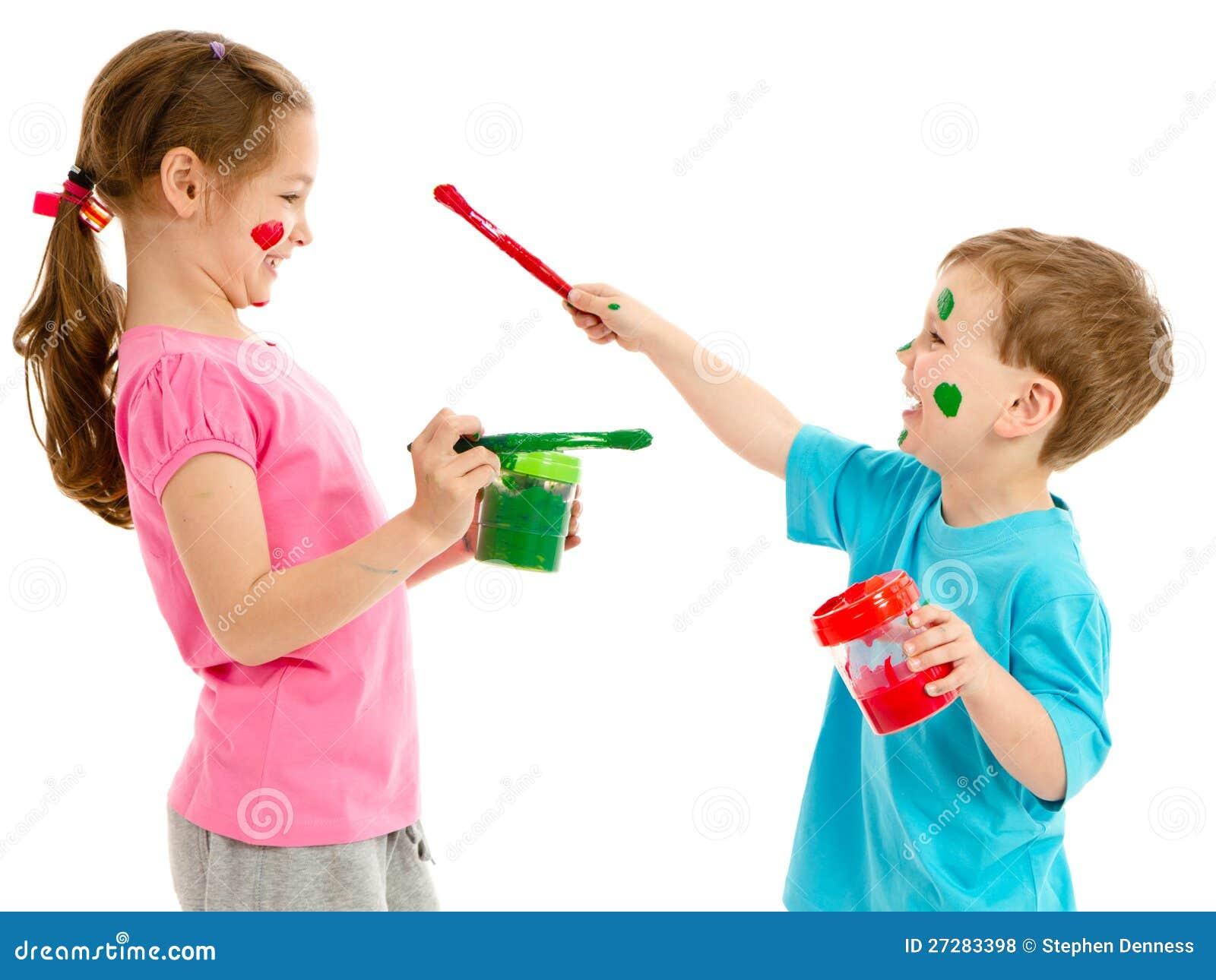 Barn som målar framsidor med ungemålarfärgborstar