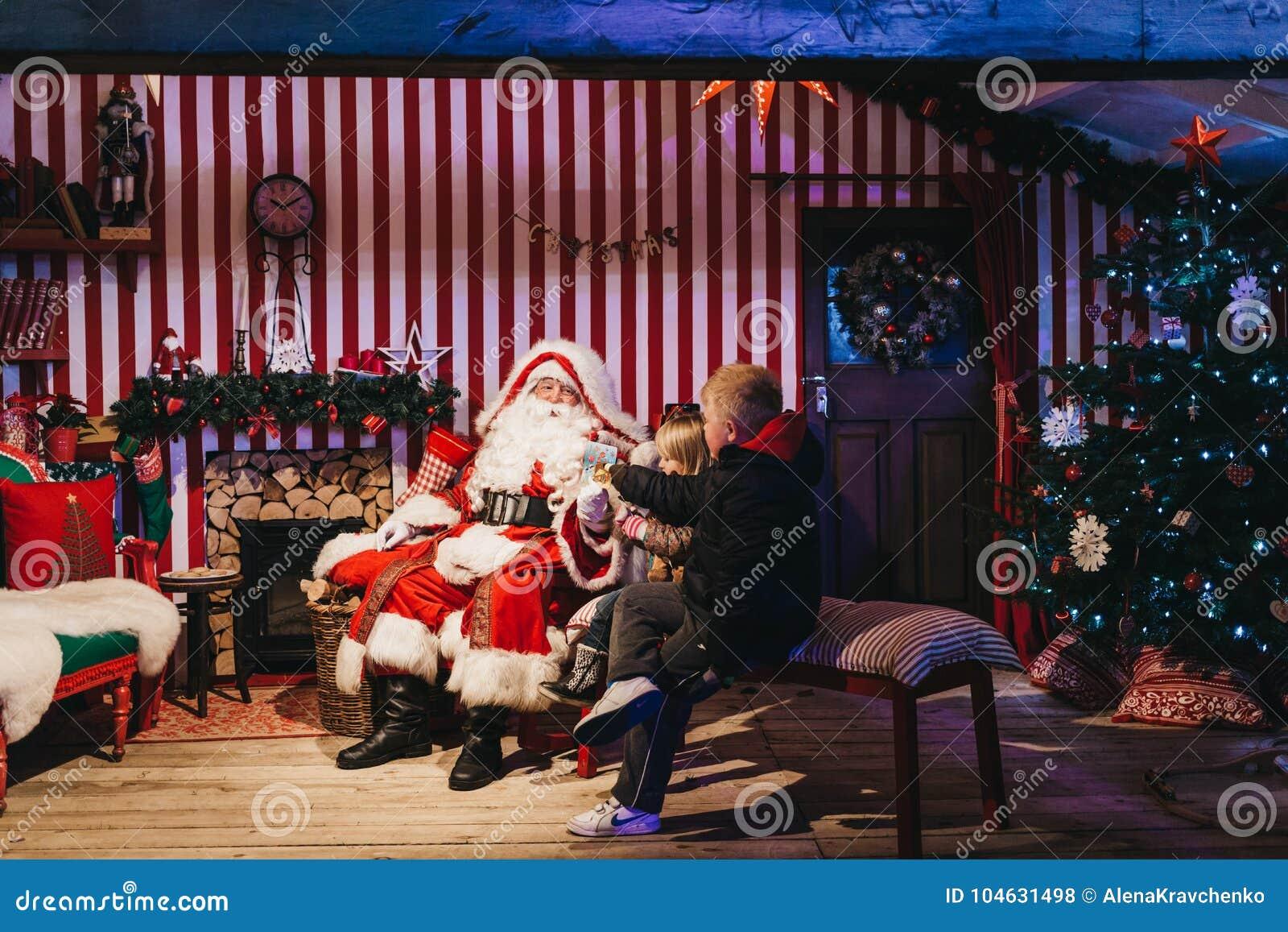 Barn som möter Santa Claus på mässan för vinterunderlandjul, London, UK