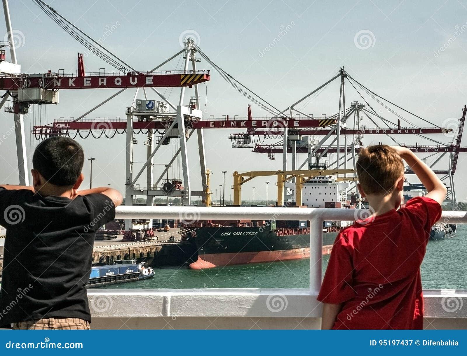 Barn som ser behållareterminalen på Dunkirk
