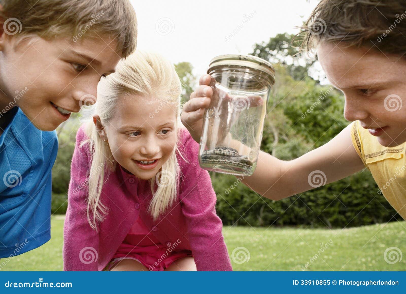 Barn som ser ormen i krus