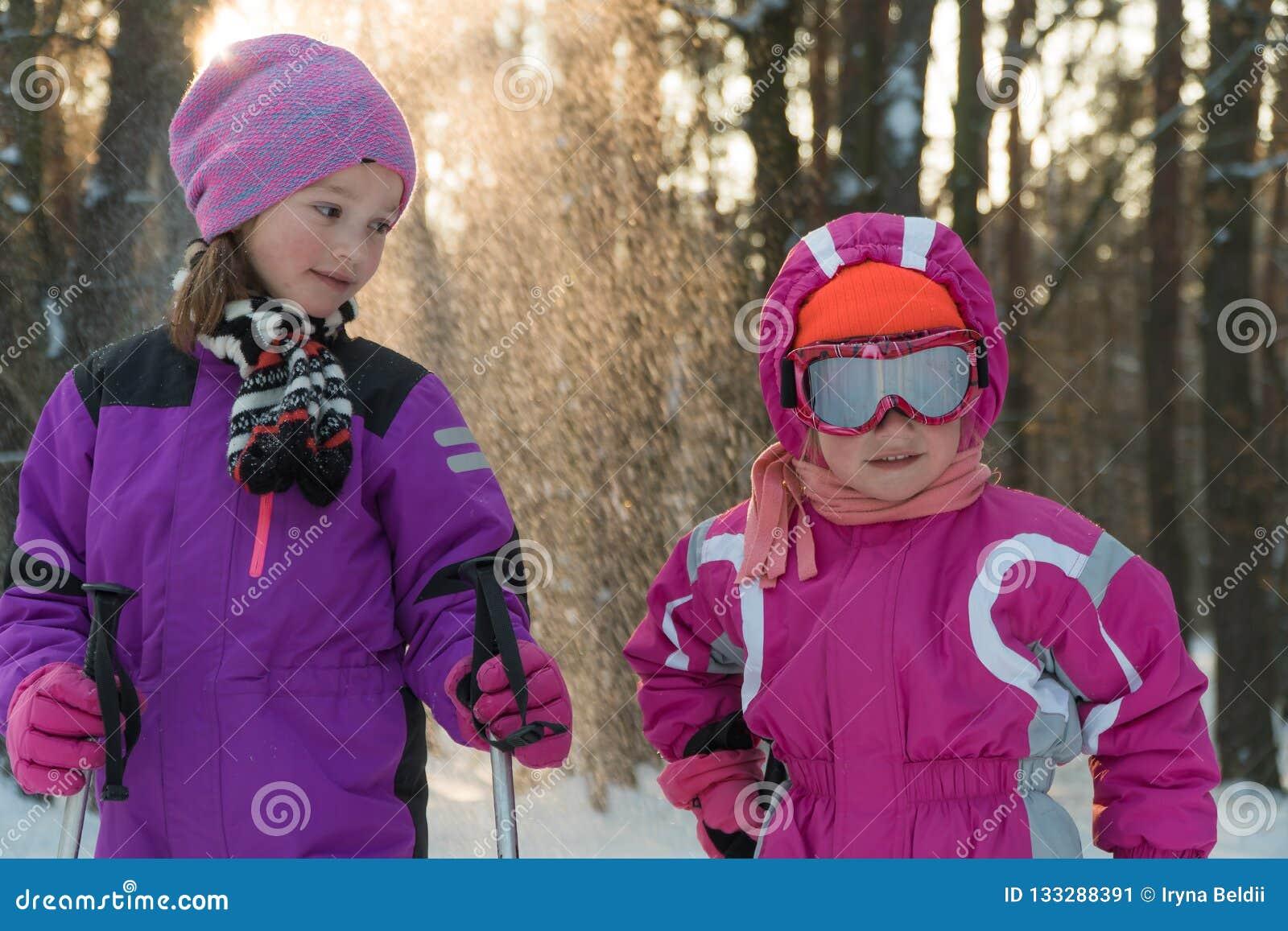 Barn som skidar i skogen, övervintrar snöungar går i parkerar
