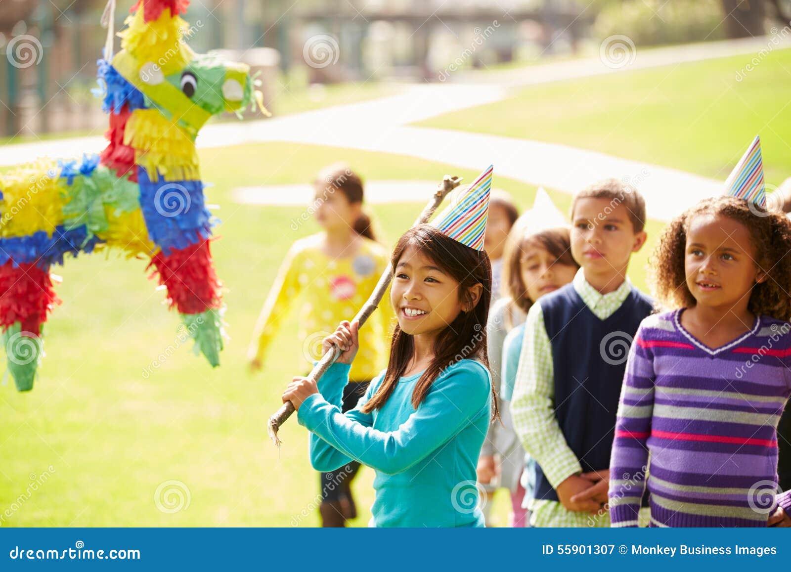 Barn som slår Pinata på födelsedagpartiet