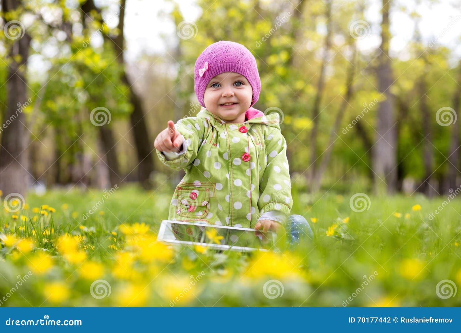 Barn som spelar med minnestavlan i parkera
