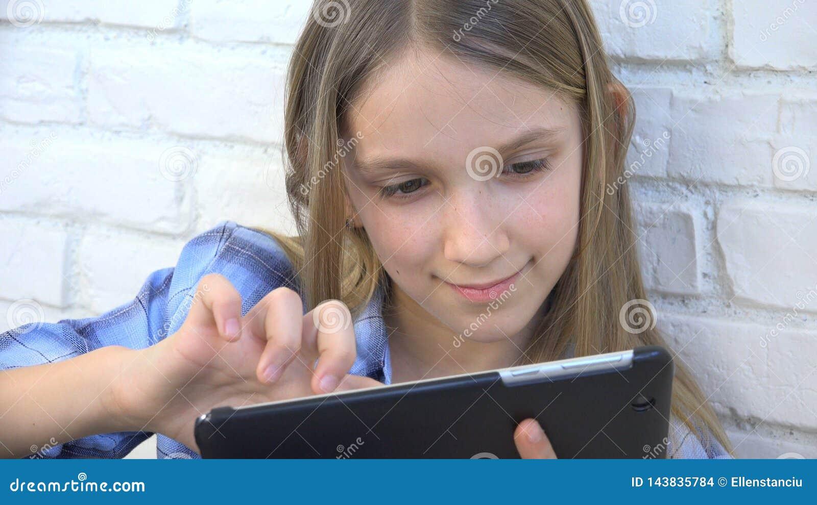 Barn som spelar minnestavlan, unge Smartphone, flickal?sningmeddelanden som bl?ddrar internet