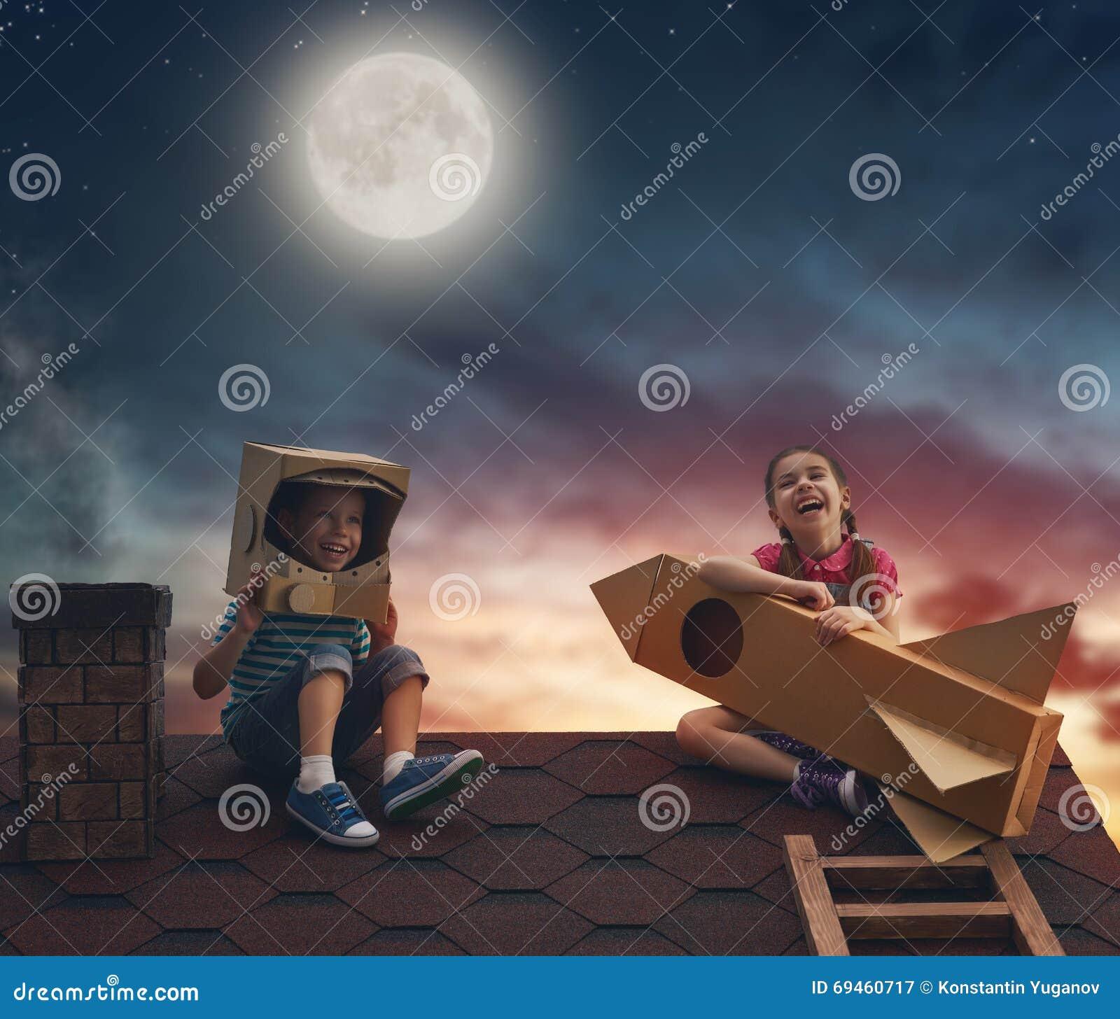 Barn som spelar på taket