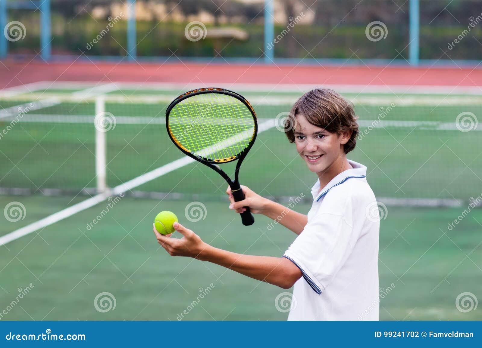 Barn Som Spelar Tennis På Den Utomhus- Domstolen Arkivfoto - Bild av ... 75d8e8022cd14