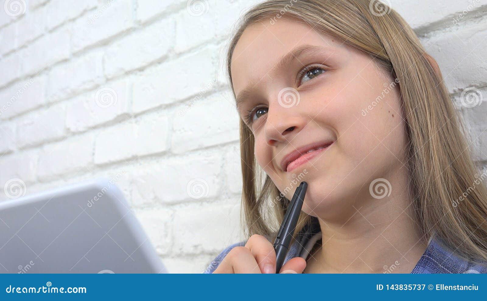 Barn som studerar på minnestavlan, flicka som skriver för skolagrupp som lär göra läxa