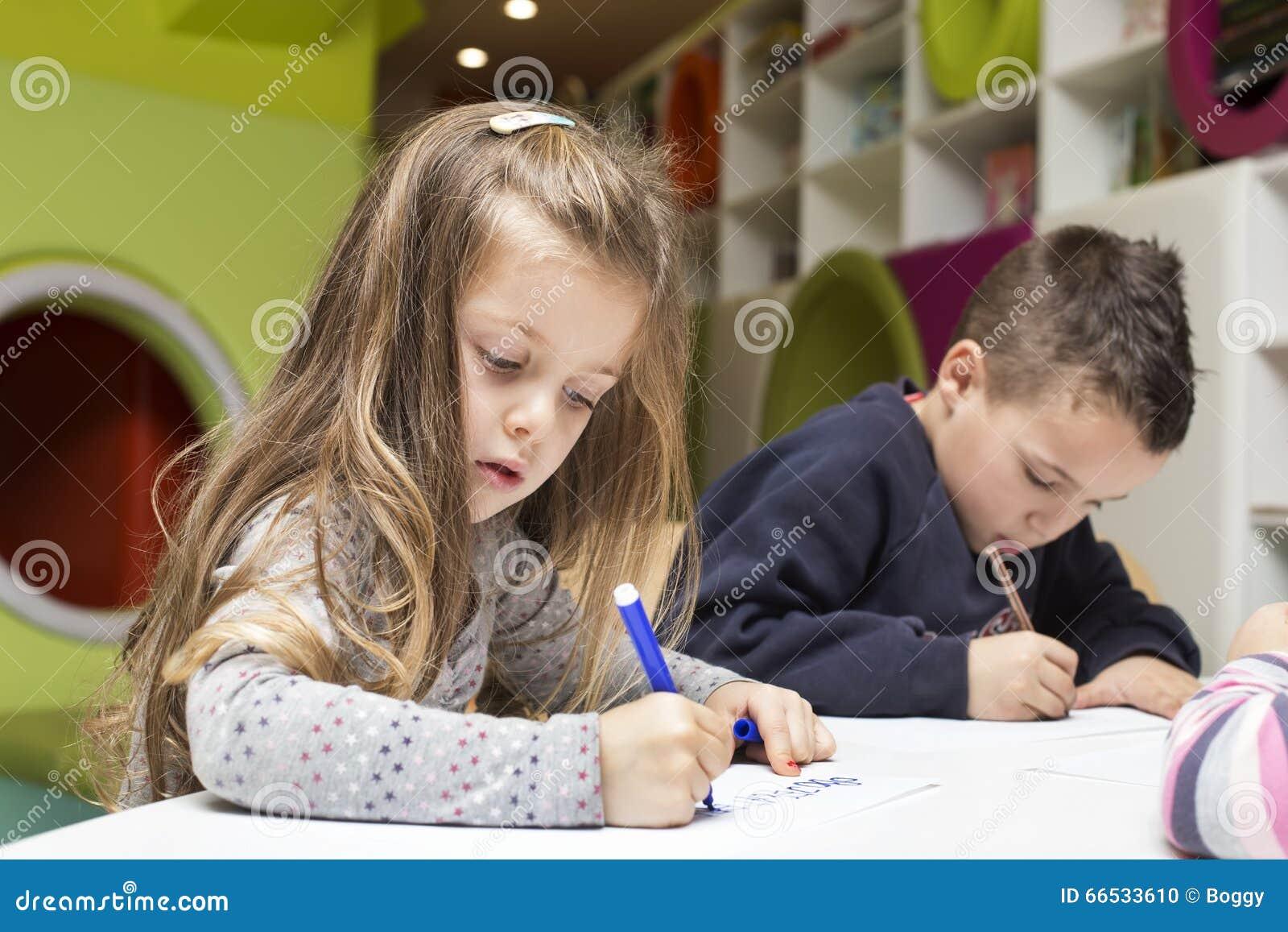 Barn som tecknar husberg