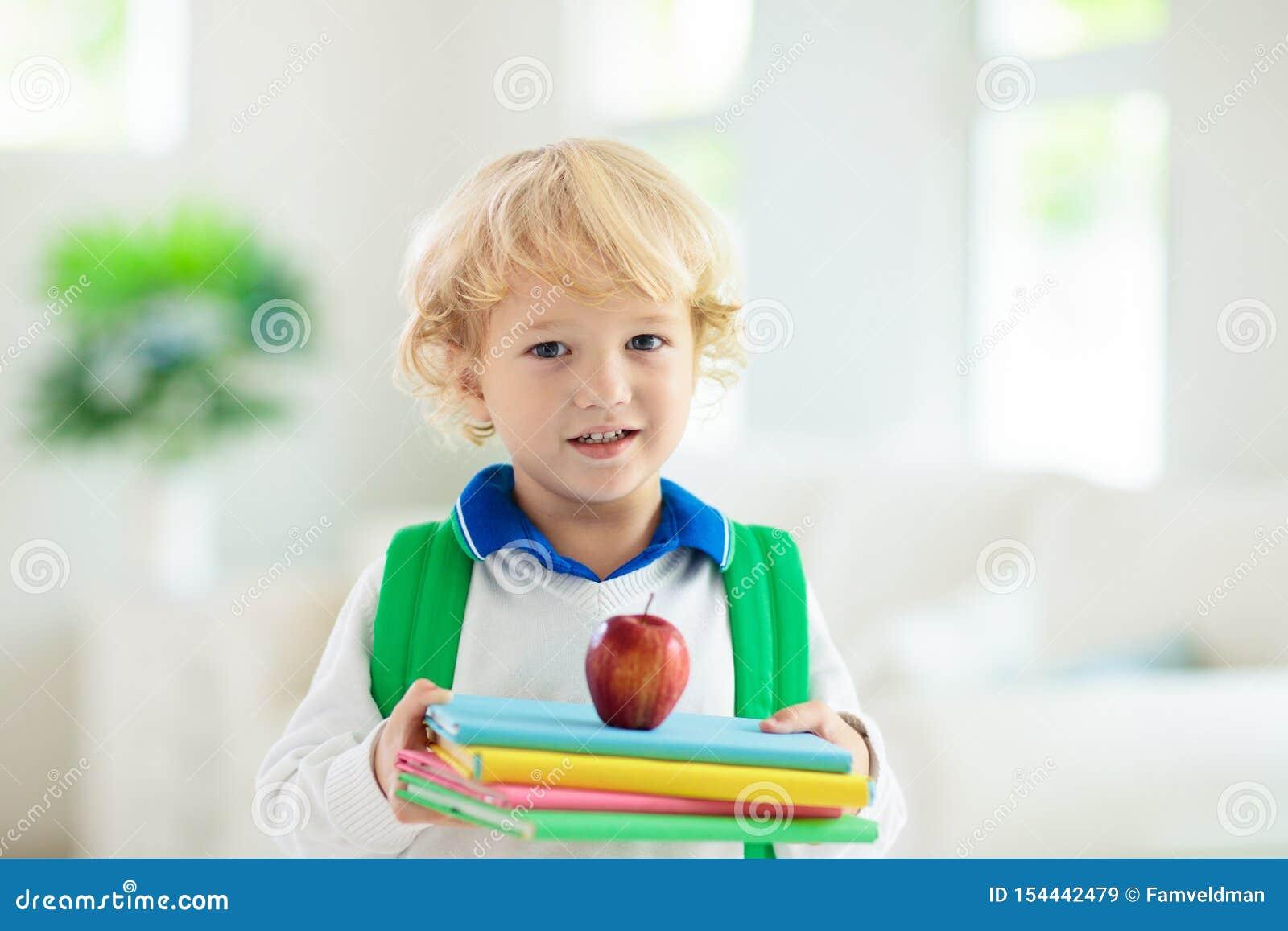 Barn som tillbaka g?r till skolan Unge med ryggs?ck