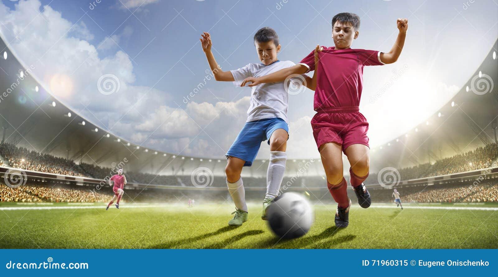 Barn spelar fotboll på den storslagna arenan